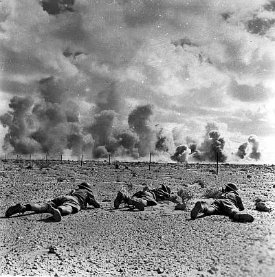 1942 43 el alamein battle with australian soldiers crawling accross